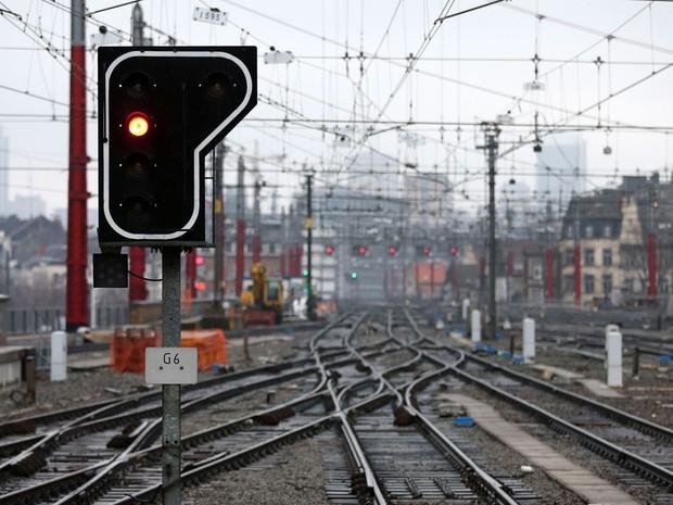 Rede de transporte de trens de passageiros em Bruxelas foi afetada pela greve geral na Bélgica nesta segunda, 15 de dezembro, contra planos de cortes do governo  (Foto: Francois Lenoir/Reuters)
