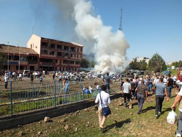 Carro-bomba explodiu perto de delegacia nesta quinta-feira (18) na cidade de Elazig, na Turquia (Foto: STR / AFP)