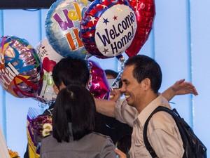 Família recebe Nguyen Quoc Quan no Aeroporto Internacional de Los Angeles (Foto: AP Photo / Ringo H.W. Chiu)