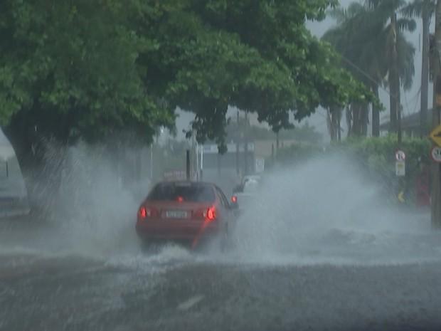 Chuva alagou ruas ao redor da represa municipal (Foto: Reprodução / TV TEM)