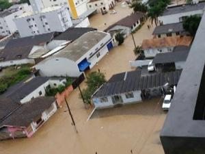 Centro e bairros da cidade estão alagados em Ituporanga (Foto: Reprodução/ RBS TV)