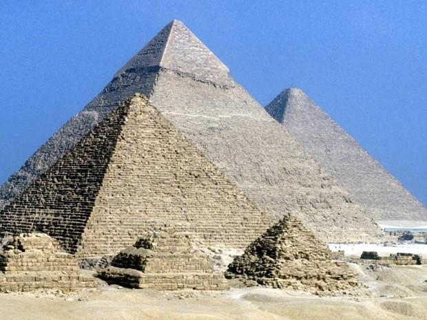Para construir as pirâmides, egípcios teriam umidificado a areia sobre a qual os trenós deslizavam (Foto: BBC)
