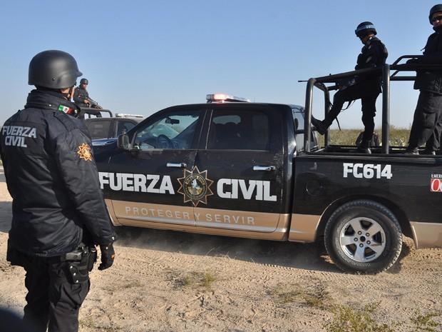 Policiais mexicanos em trabalho de busca de membros desaparecidos da banda Kombo Kolombia (Foto: AP/Emilio Vazquez)
