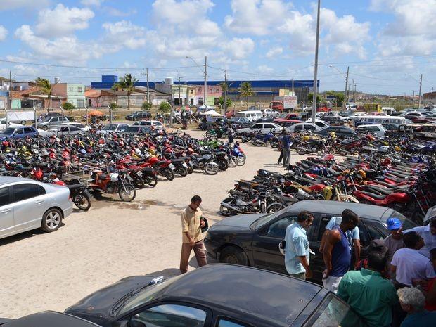 Interessados em dar lances no leilão visitam pátio do Detran (Foto: Marina Fontenele/G1)