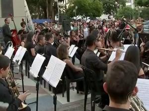 A Banda Sinfônica Municipal se apresentou na praça (Foto: Reprodução/ TV TEM)
