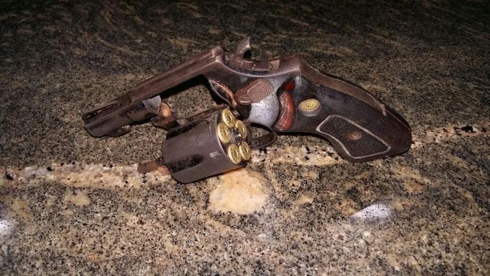 Suspeito estava com um revólver calibre 38 (Foto: Divulgação/Polícia Militar)