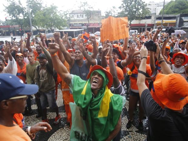 Garis celebram acordo no Centro do Rio (Foto: Felipe Hanower / Agência O Globo)