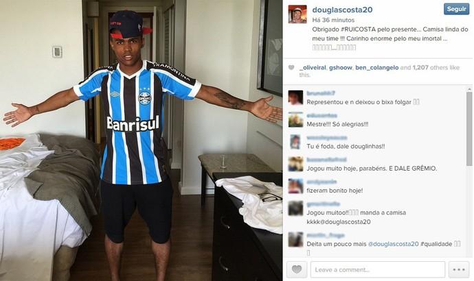cf87a88469b06 Douglas Costa posta foto com camisa do Grêmio após vitória sobre o Inter