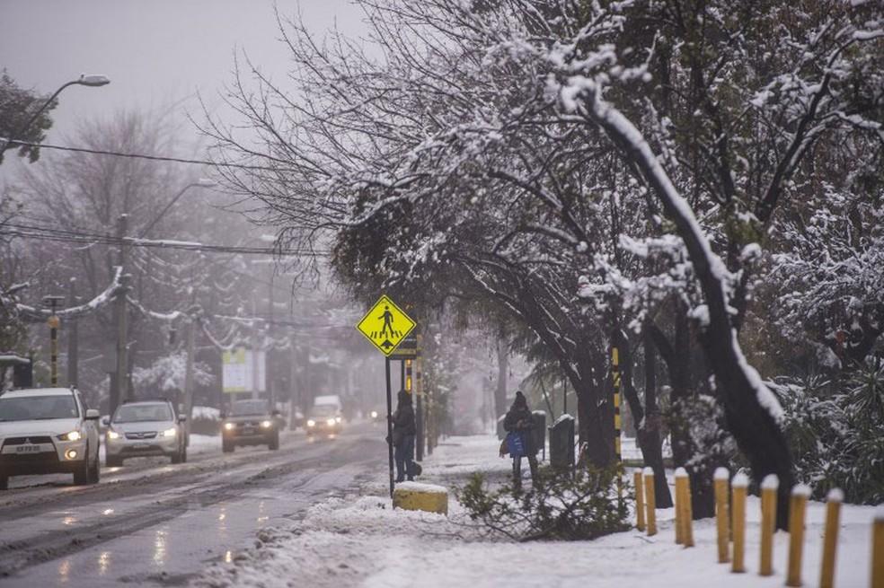 Ruas de Santiago, no Chile, ficaram cobertas de neve neste sábado (15)  (Foto: Martin Bernetti / AFP)
