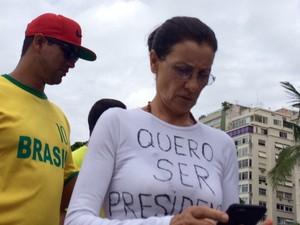 MANIFESTAÇÃO/RIO (09:36H) Atriz Cássia Kis participa de manifestação em Copacabana (Foto: Gabriel Barreira / G1)
