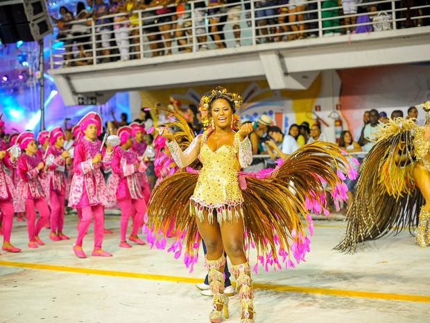 Rainha e madrinha de bateria da Novo Império mostram samba no pé durante os desfiles.  (Foto: Weliton Aiolfi/ G1)