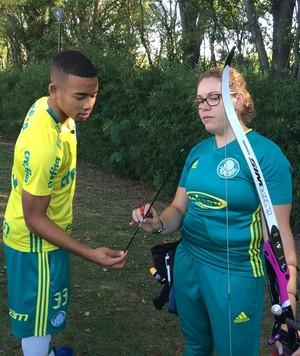 Sarah Nikitin ajuda Gabriel Jesus a aprender tiro com arco (Foto: Guilherme Costa)
