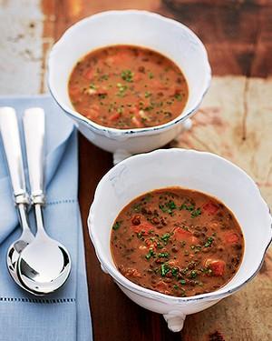 Sopa de lentilha com chouriço e bacon (Foto: Rogério Voltan/Editora Globo)