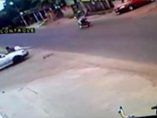 Jovem atropelou ex-namorado e o arrastou por ruas e avenidas de Boa Vista (Foto: Reprodução/Circuito de segurança/Arquivo pessoal)