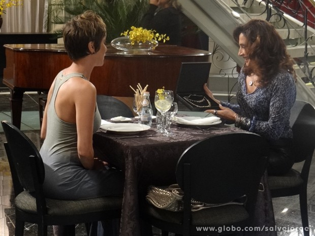 Wanda ganha colar de Aisha (Foto: Salve Jorge/TV Globo)
