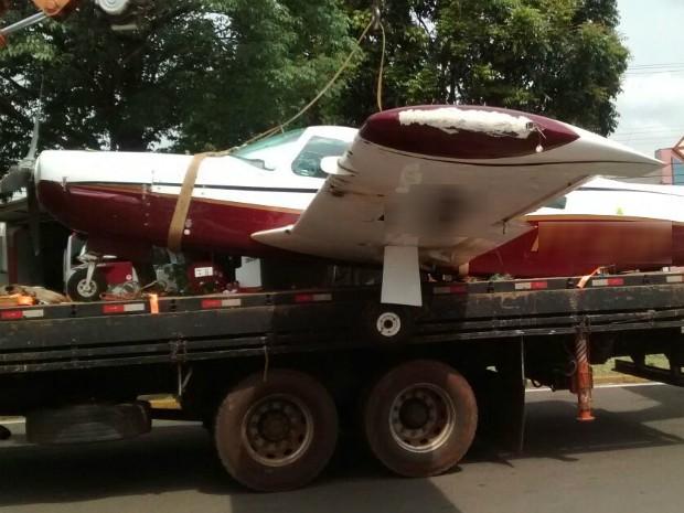 Avião monomotor estava abandonado no aeroporto municipal de Paranavaí (Foto: Wilson Del Passo/ RPC)