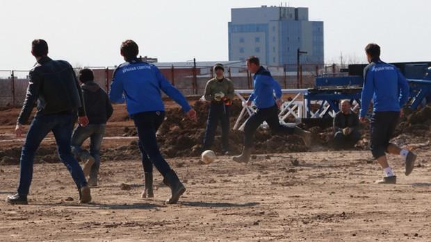 BLOG: Com direito a baliza improvisada, atletas disputam jogo em obra da Copa da Rússia