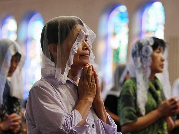 Japoneses assistem a missa em homenagem às vítimas do bombardeio atômico de 9 de agosto de 1945 (Foto: Jiji Press / via AFP Photo)