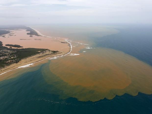 Foto aérea mostra o Rio Doce inundado com lama após o rompimento de barragens da mineradora Samarco, cujos donos são a Vale e a australiana BHP, em uma área onde o rio se une ao mar na costa do Espírito Santo (Foto: Ricardo Moraes/Reuters)