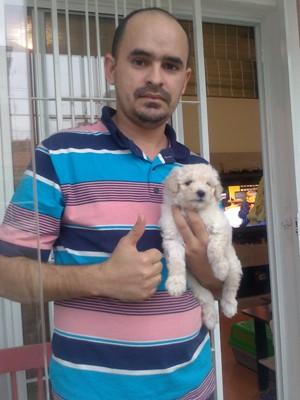 Bruno Campelo resgatou filhote desmaiado e o adotou. Na foto, Rossi aparece com o novo dono na tarde deste domingo (Foto: Arquivo Pessoal/G1)