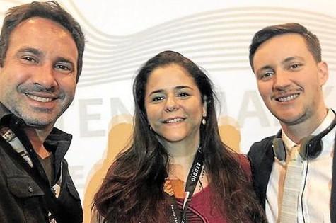 Beto Ribeiro e Carla Albuquerque com o produtor  Rhys Ernst (Foto: Arquivo pessoal)