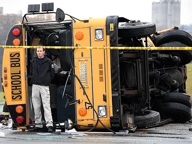 Ônibus onde as três vítimas morreram após acidente nos Estados Unidos nesta terça-feira (2) (Foto: Michael Patrick/Knoxville News Sentinel/AP Photo)
