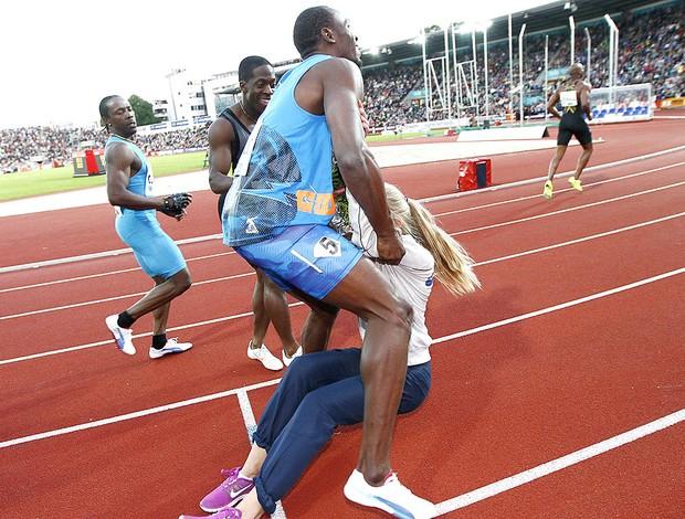 Bolt atropela menina das flores após prova de atletismo (Foto: EFE)