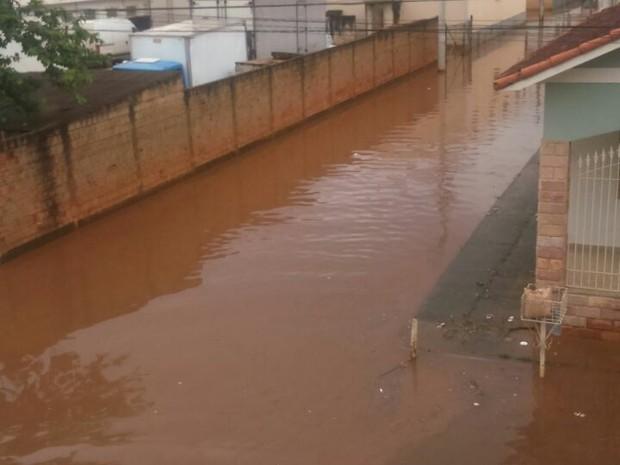 Chuva alagou rua em santa Rita do Sapucaí (MG) (Foto: Reprodução/Redes Sociais)