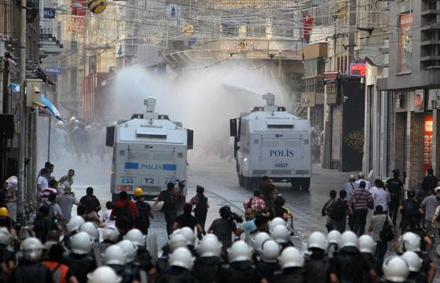 Caminhões usados pela polícia turca para dispersar manifestantes com jatos d'água e impedi-los de ir à Praça Taksim neste sábado (6) (Foto: Thanassis Stavrakis/Associated Press)