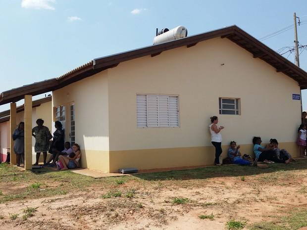 Famílias aguardavam a entrega das chaves (Foto: Heloise Hamada/G1)