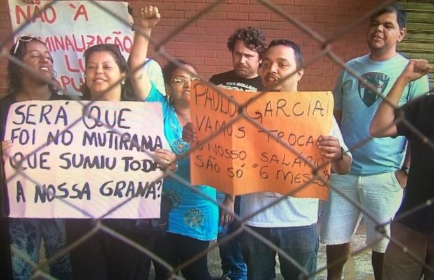 Grevistas ocupam a sede da secretaria desde as 14h (Foto: Reprodução/TV Anhanguera)
