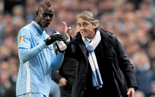 Roberto Mancini com Balotelli na partida do Manchester CIty (Foto: Getty Images)