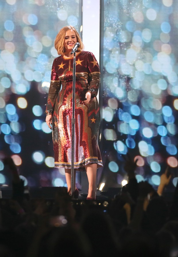 Adele usa look polêmico no palco do BRIT Awards 2016, em Londres (Foto: Getty Image)