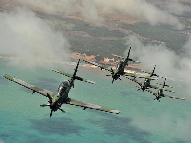 Caças fazem Samuel se lembrar dos aviões alemães (Foto: Flor do Caribe / TV Globo)