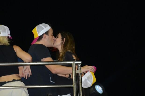 Rafael Cortez troca beijos com a namorada no trio da Banda Timbalada (Foto: AgNews  / AgNews)