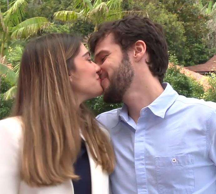 Luiza Tellechea ganha carinho do marido depois de surpresa no programa da Angélica (Foto: TV Globo)