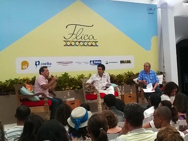 """Florisvaldo Mattos e Roberval Pereyr discutiram a """"A nobreza dos versos"""" em primeira mesa do sábado (1º) (Foto: Henrique Mendes/G1)"""