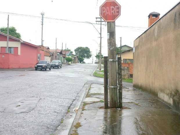 Morador de Piracicaba reclama de más condições de postes de madeira (Foto: Claudia Assencio/G1)