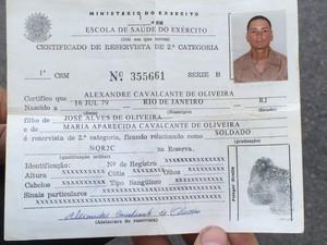 Homem morre após ser atingido por tiro na porta de casa na Mangueira (Foto: Henrique Coelho / G1)