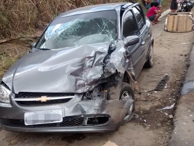 Acidente na BR-104 deixou quatro feridos, um em estado grave. (Foto: Mayara Medeiros/TV Paraíba)
