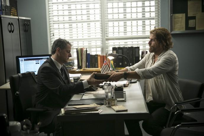 Pedro entrega documentos ao delegado (Foto: Raphael Dias/Gshow)