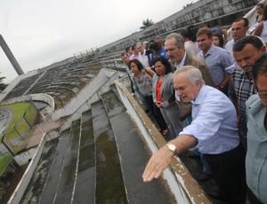 Aldo Rebelo visita estádio Antonio Fernandes, em Guarujá (Foto: Pedro Rezende / Prefeitura de Guarujá)