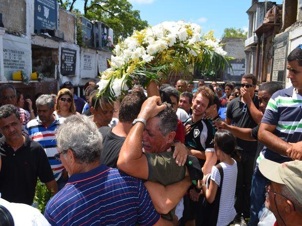 Discursos e música religiosas emocionaram parentes e amigos do taxista (Foto: Marina Fontenele/G1)