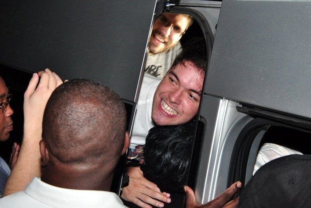 Nasser tenta sair da van do programa 'Pânico' após festa do 'BBB' (Foto: Roberto Teixeira/ EGO)