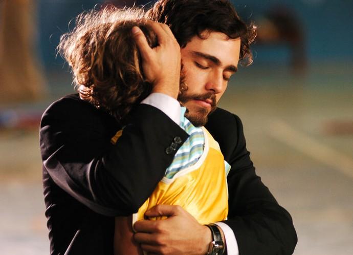Ah, que fofura! Gabriel em uma cena emocionante ao lado de Thiago Rodrigues (Foto: TV Globo)