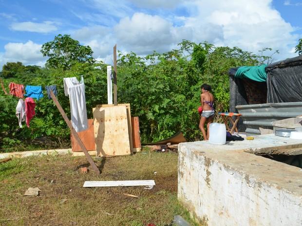 Moradores são usuários de drogas e armaram barraco para morar no local (Foto: Aline Nascimento/G1)