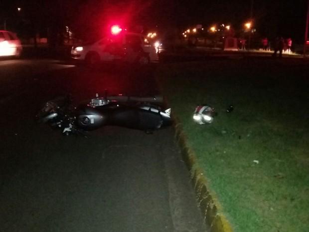 Acidente ocorreu na noite desta sexta-feira (21), em Presidente Prudente (Foto: Stephanie Fonseca/G1)