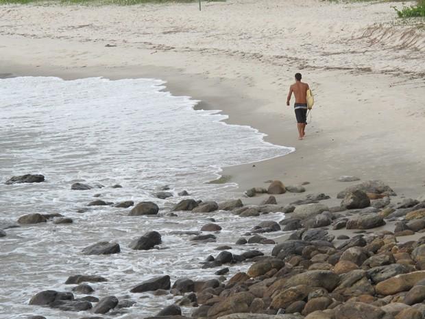 Surfista na Praia de São Pedro, em Guarujá (Foto: Mariane Rossi/G1)