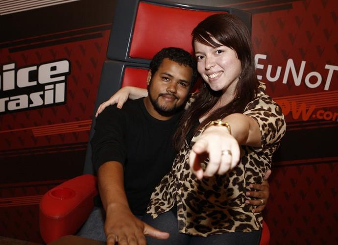 Casal se diverte na cadeira de técnico na plateia do The Voice (Foto: Isabella Pinheiro/Gshow)