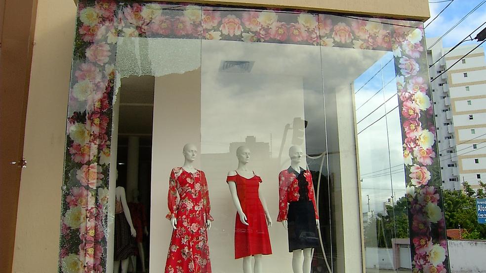 Loja teve vidraça quebrada e vestidos levados por criminosos na avenida Afonso Pena, em Natal (Foto: Inter TV Cabugi)